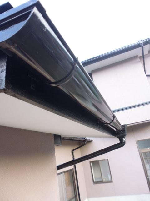 熊本県I様の外壁塗装及び屋根塗装完成です。外壁天井と軒樋塗装完成。