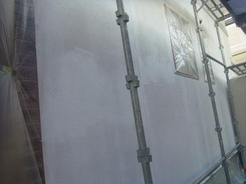 外壁をホワイトプライマーにて外壁リセット+塗装完了。
