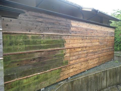 熊本〇様家の外壁木部塗装前です。高圧洗浄途中。