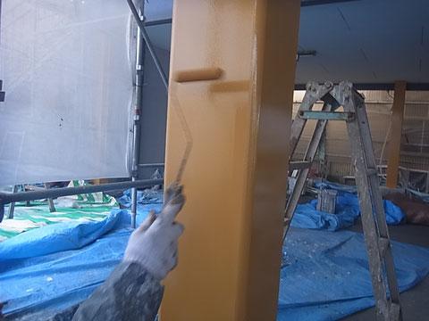 鉄骨柱塗装中。