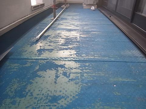 ベランダ塩ビ床塗装前 剥がれ発生状況 熊本〇様宅塗装状況