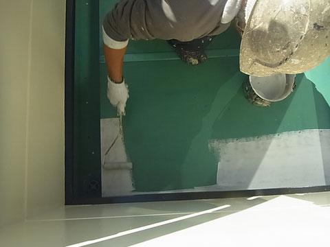 ベランダ塩ビ床塗装中 熊本〇様宅塗装状況
