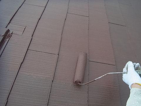 軽量スレート・コロニアル屋根の上塗り状況。日本特殊塗料の防カビ・防藻・高耐久遮熱塗料使用。