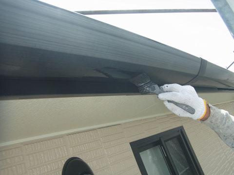外壁塗装の樋塗り工程作業中。刷毛塗り