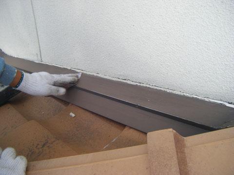 熊本H様家外壁塗装時。屋根の板金水り塗装前の研磨を行っています。