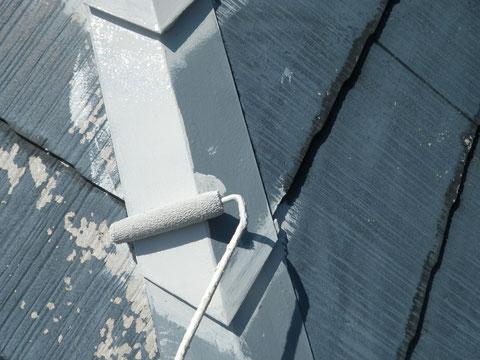 熊本Y様家屋根塗装状況。鉄板屋根の錆止め塗装をエポキシ錆止め塗料で塗っています。