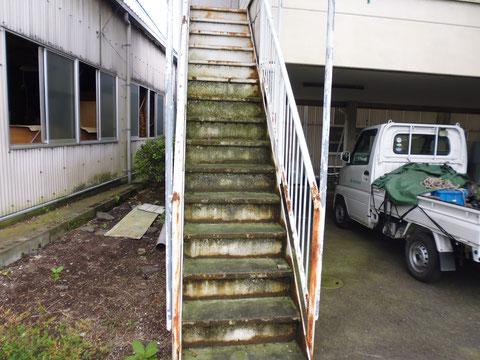 階段塗装前BEFORE