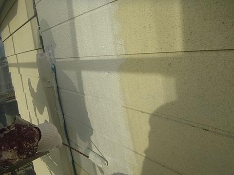 熊本Y様 外壁のプライマーを手塗り中です。