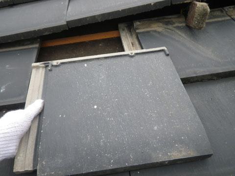 熊本県I様家の外壁塗装及び屋根塗装状況。割れた屋根瓦の交換中。