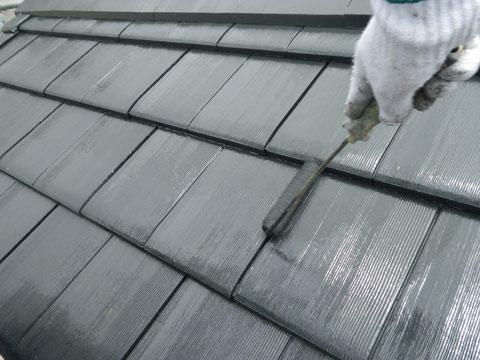 熊本市N様家の外壁塗装及び屋根塗装状況。瓦塗装状況。ローラー手塗り中です。耐久性重視・防カビ防藻塗料使用。