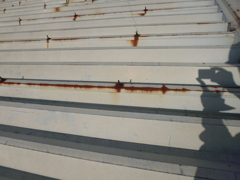 折板金属屋根塗装前のサビ状況その2