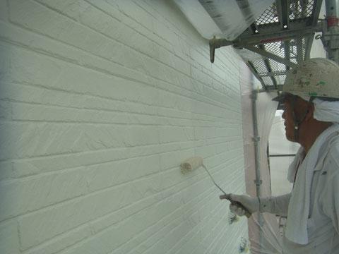 熊本県内の〇様家外壁塗装及び屋根塗装時撮影。外壁の上塗り中です。ローラー手塗り。