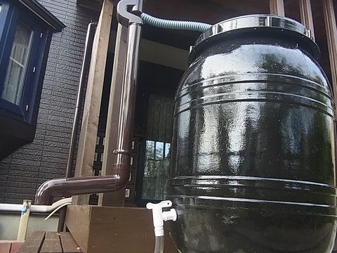 熊本市I様家屋根塗装・外壁塗装完成後ウッドデッキ横に雨水タンクブラックを取り付けました。カラー:ブラック