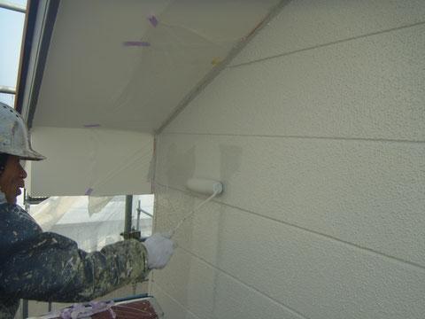 熊本市東区〇様邸 外壁上塗り状況 同色使用。