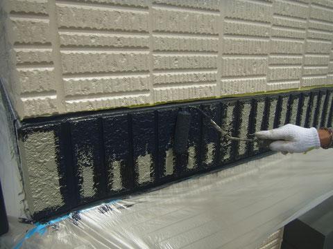 サイディング帯を関西ペイント高耐久塗料にて塗り替え中。