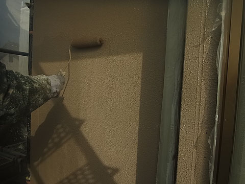 熊本市東区〇様家の外壁塗装及び屋根塗装時。外壁に高耐久・防カビ防藻樹脂塗料を塗らせて頂きました。