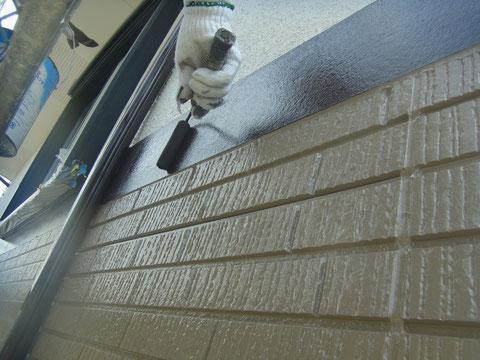 熊本県〇様家の外壁(帯板)をローラーで塗装中。高耐久塗料使用。