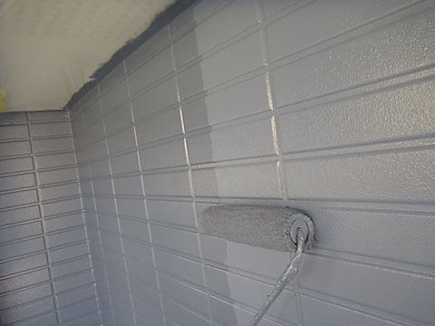 外壁上塗り状況。中塗り・上塗り同色使用。 熊本〇様宅塗装状況