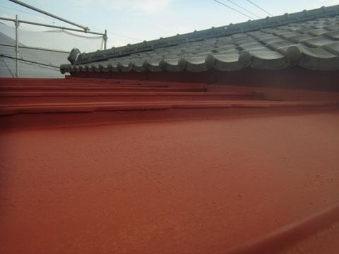 鉄板屋根錆止め処理。接写で撮影。