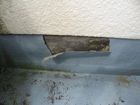 塗り替え前 防水シートの剥がれが発生しています。