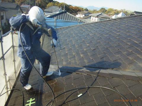 屋根高圧洗浄様子。 熊本T様邸
