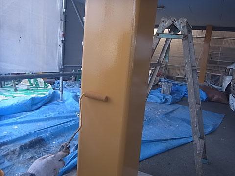 おしゃれイエローで鉄骨柱を塗り替え