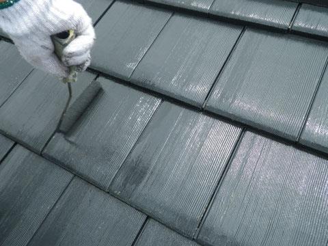 熊本市N様家の屋根塗装及び外壁塗装状況。瓦屋根のローラー手塗り中です。耐久性重視塗料仕様。