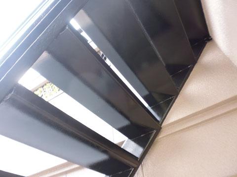 熊本I様家の外壁塗装と屋根塗装完成。鉄骨階段の塗装が完成致しました。錆止め塗装を行った後、ブラックカラーを採用しました。