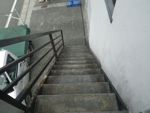 熊本I様家の屋根塗装及び外壁塗装工事。階段と外壁塗装前です。