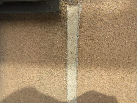 コーキング打ち替え後、砂模様柄合わせを行いました。