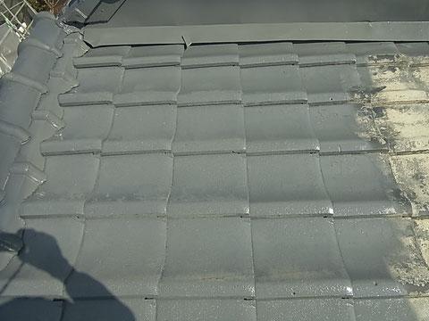 屋根プライマーを塗り込んでいます。