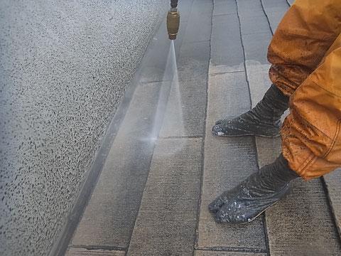 コロニアル屋根のコケちゃん達を根こそぎ除去中。洗浄力抜群。