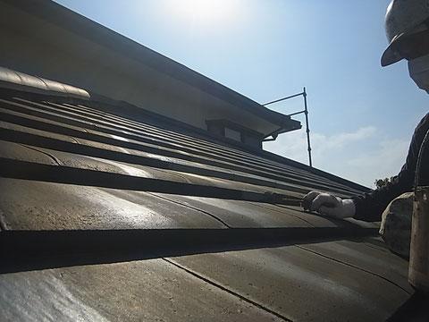熊本市東区I様家の外壁塗装及び屋根塗装時。屋根瓦のハケ塗り作業中。