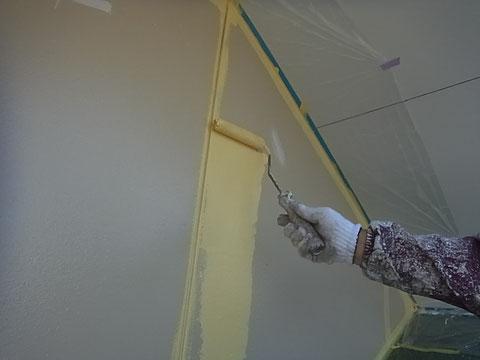 外壁中塗り中。関西ペイント 防カビ高耐久シリコン塗料使用。