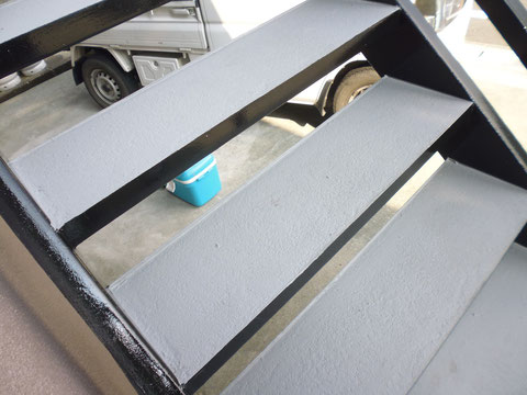 熊本I様家の屋根塗装及び外壁塗装工事。鉄骨階段と外壁塗装後です。