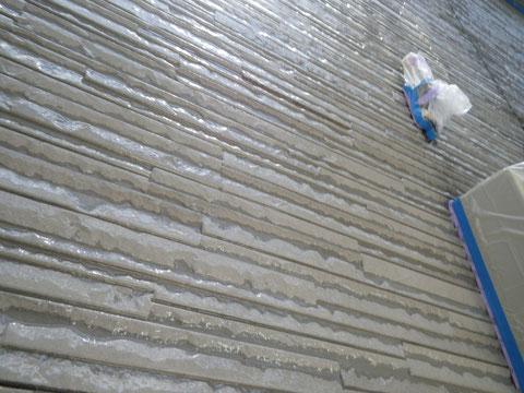 熊本市N様家の外壁塗装及び屋根塗装状況。サイディング外壁クリヤー塗装中を接写で撮影しました。