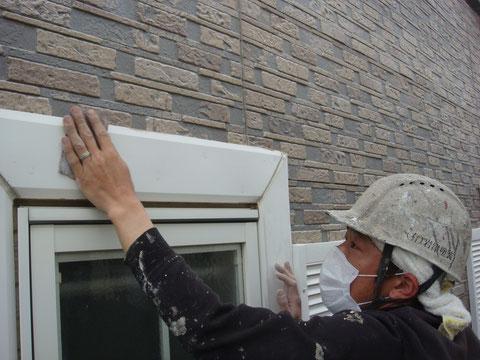 熊本の外壁塗装工事工程2 浮いたり、剥がれかかっている部分をペーパーケレンにて滑らかにしています。