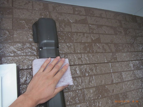 壁の塗装完了後、樋の下地処理状況