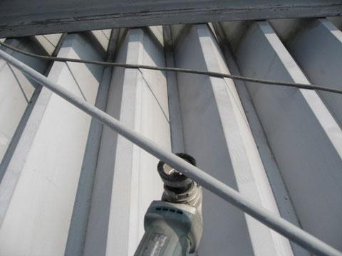 熊本市東区倉庫屋根。塗り替え前のケレン処理