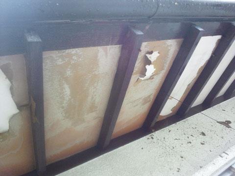 熊本県熊本市T様邸外壁塗装前状況。 塗装前、軒天塗膜のフクレや剥がれが発生しておりました。