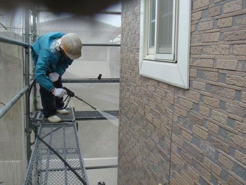 外壁高圧洗浄にて汚れやコケを除去しています。