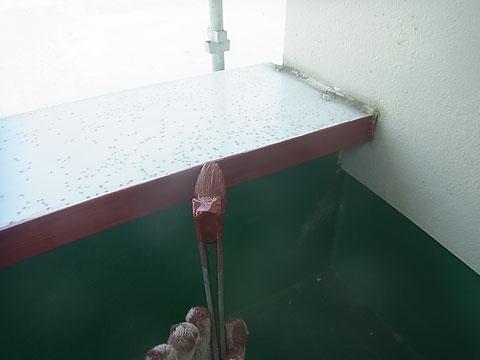 熊本市N様家の外壁塗装及び屋根塗装時。ベランダ鉄部の錆止め塗装中です。
