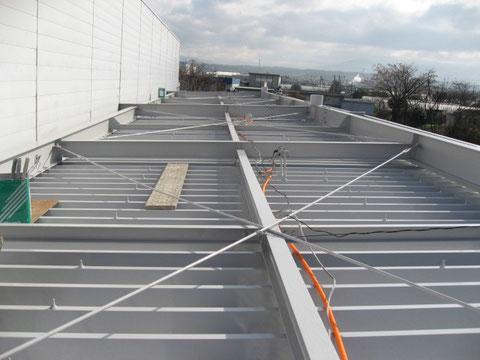 金属屋根塗装中。折板屋根