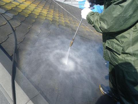 熊本市M様家の外壁塗装・屋根塗装時に撮影しました。コロニアル屋根のサイクロンジェット高圧洗浄。