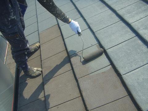 フラット屋根瓦の塗り替えをローラーにて行っております。グレー色採用