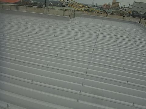 関西ペイント塗料使用。 折板屋根塗装。 熊本Y様事務所 防水キャップ取り付け