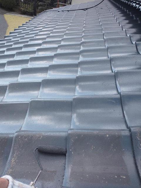 熊本県の屋根を塗装。瓦を手塗り中
