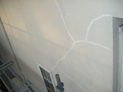 熊本県H様邸 外壁塗装前のひび割れコーキング処理状況