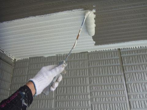 天井塗り替えをローラにて行っている様子。
