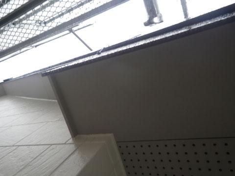 熊本市N様家の屋根塗装及び外壁塗装状況。外壁軒天の塗装仕上がりの様子。